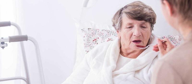 karmienie osoby starszej