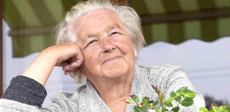 starsza kobieta opiekunka seniora