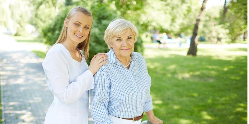 koszt opieki nad starszą osobą