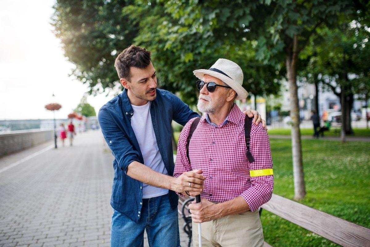 niewidoma osoba starsza