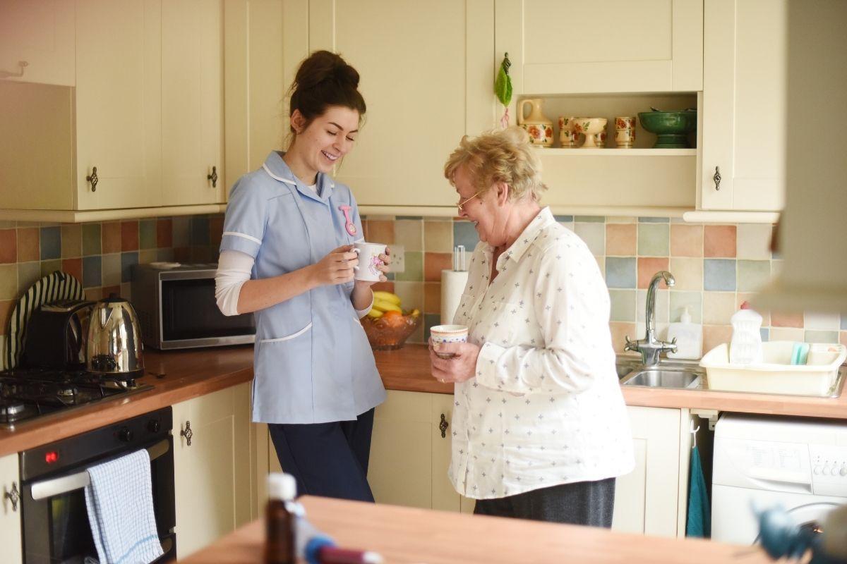 opiekunka do osoby starszej na godziny